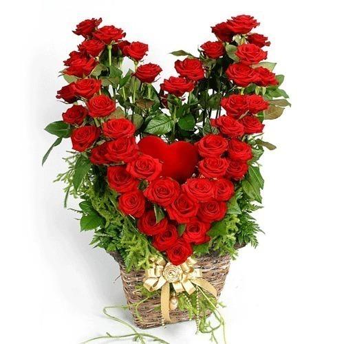открытка день святого Валентина, сердце из роз в корзинке с кодом.